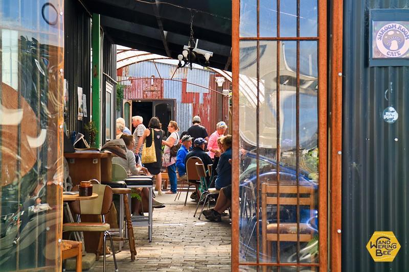 社交の場であるカフェで、人と沢山会う