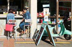 Wellington、Cuba Street近くでBreakfastを楽しむご家族