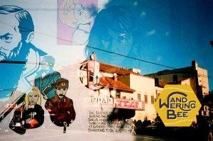 街中のストリートアートと組み合わせれば、なんともアーティスティックな写真を撮影できる