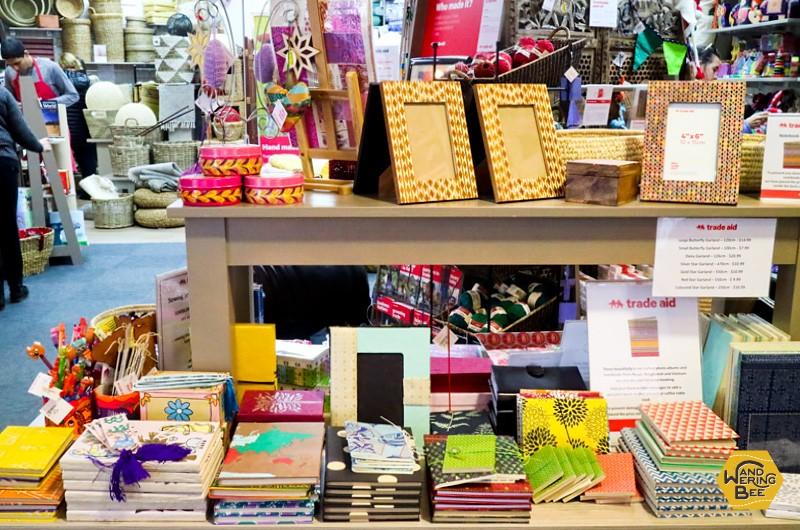 ノートやウォールペーパーなどの文房具も、職人の手で一つ一つ作られています