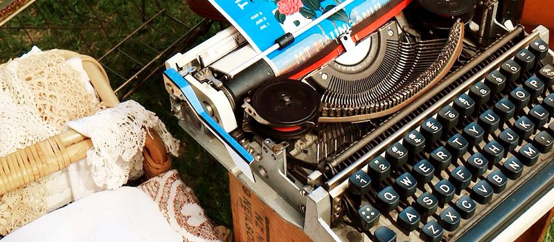 今や古き好きタイプライターでブログを書く人はいないけれど...