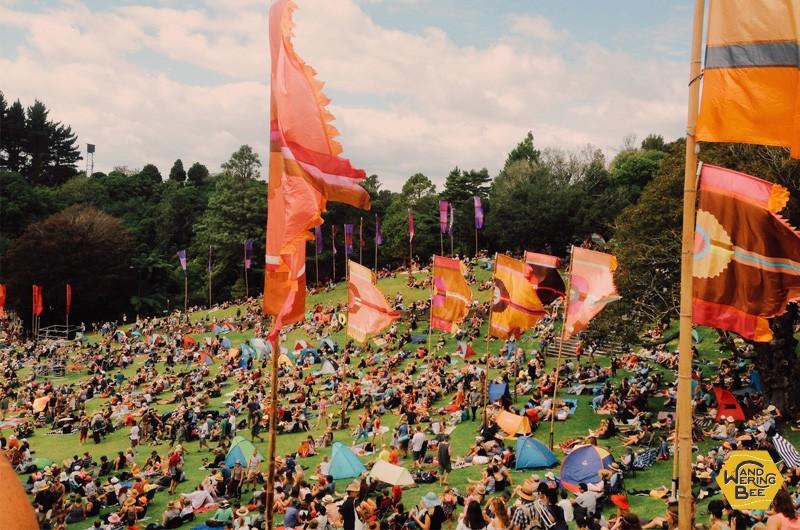 色褪せたようなフィルターをかけてフェスティバルの雰囲気を演出