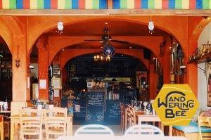 地元の人達が集う、鮮やかなインテリアが魅力の人気カフェ