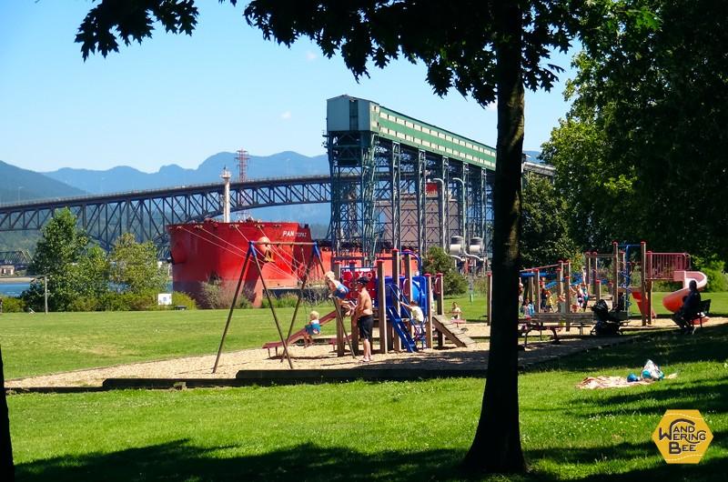 カラッと晴れた夏空の元、幸せそうに遊ぶ家族達