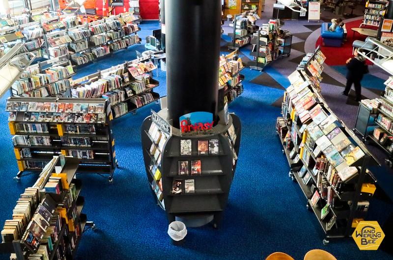 図書館中央の吹き抜け部分から見下ろした1階