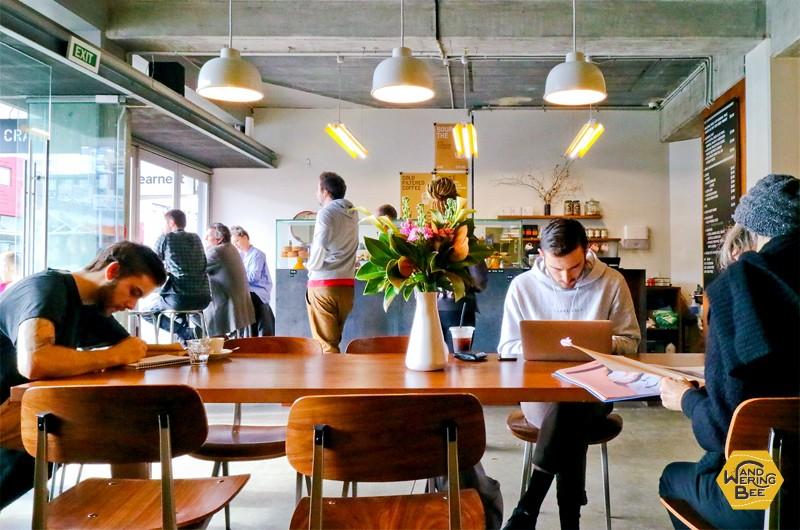 朝からカフェで仕事するリモートワーカー達