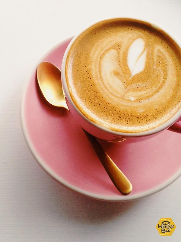 ピンクとゴールド、幸せ色で彩られたコーヒー