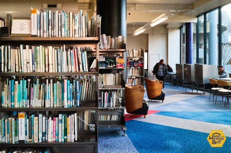 2階の一人がけソファは、移りゆく空を眺めながらゆっくりと読書が出来るよう配置されています