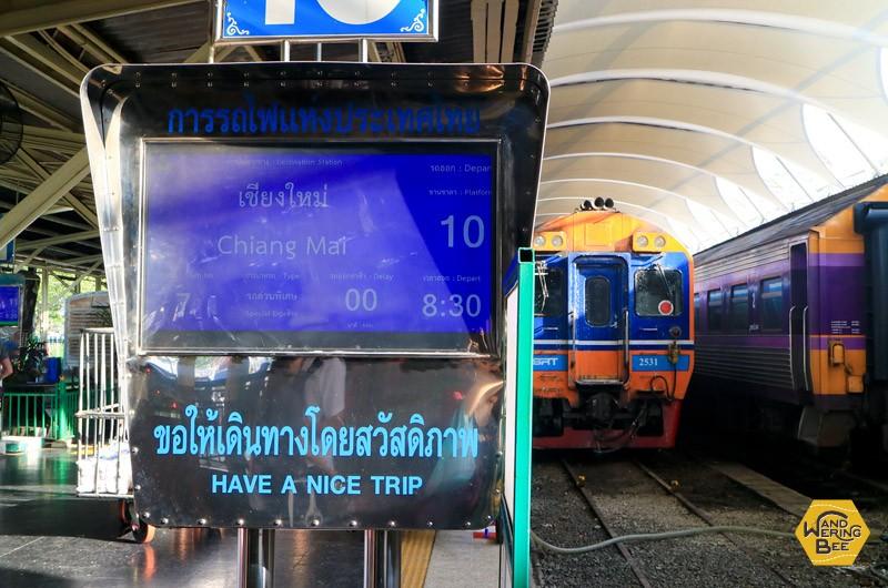 駅のプラットフォーム。奥に見える列車に乗り込みました。