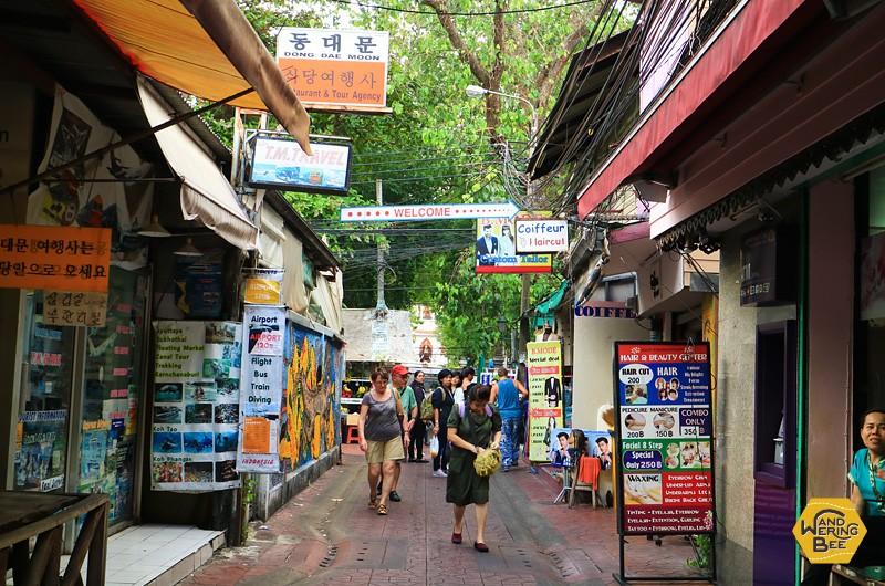 小さな通りにも敷き詰められるようにお店が並んでいます
