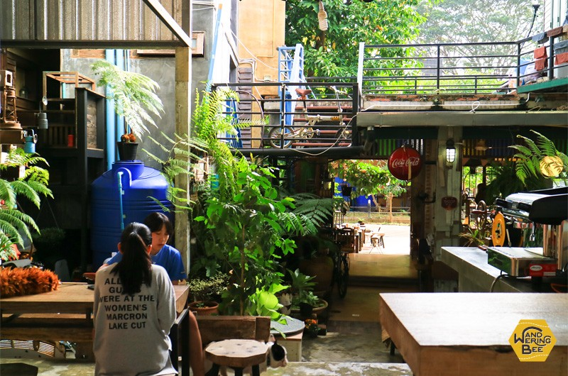 使われなくなった倉庫を改装したものと思われるKhaotha Café