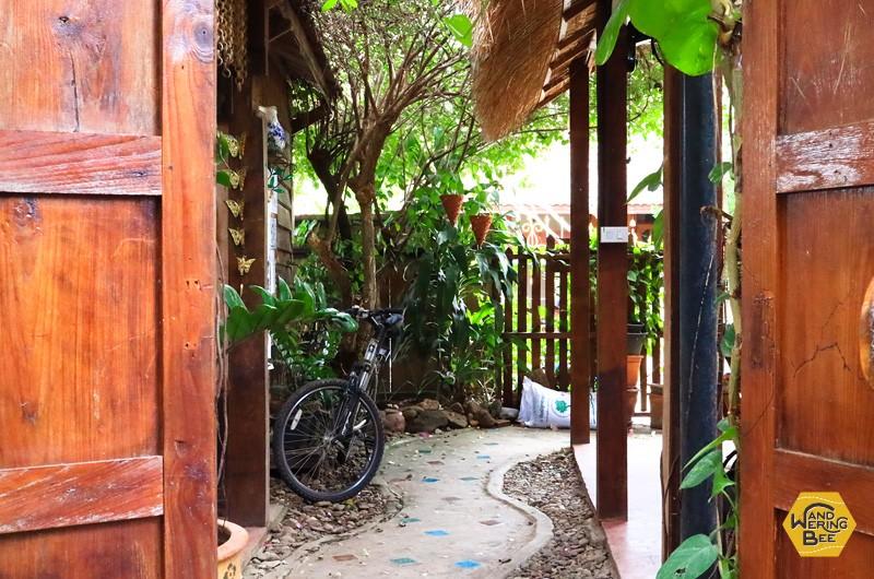 木のインテリアが安らぎを誘うOm Gardenの入り口