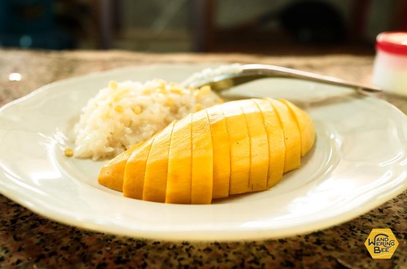 タイ北部特有のスティッキーライスにマンゴーを添えたデザート!