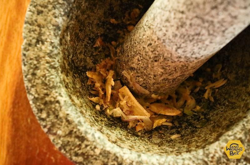 石杵使用中はコンコンコロンという心地よい音が鳴り響きます