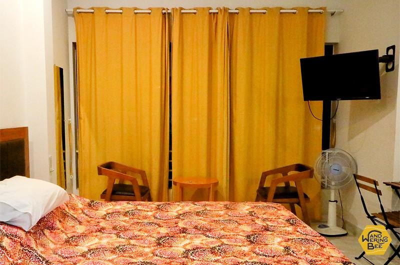 実際の部屋の写真。大きな窓がある小さなスタジオです