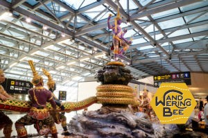 スワンナプーム国際空港の中で綱引きをする神様たち