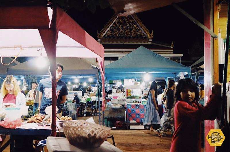 広場で開催されるマーケットは、昼夜を問わず地元の人達で大賑わい