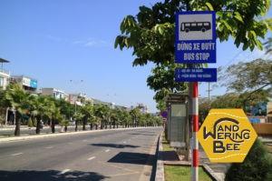 すべてのバス停にはルートが書かれた看板が併設されている