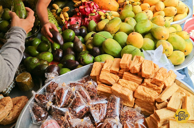 東南アジアならでは、色とりどりの野菜や果物を吟味してみて