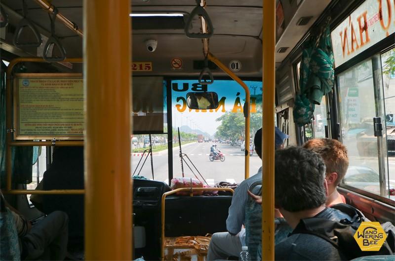 No.1のバスはエアコンなしの窓全開スタイル。車内は常に騒音と揺れにまみれている