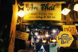 観光客で賑わう旧市街のお店のほとんどは夜もオープン