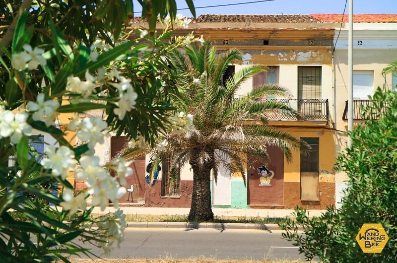エル・カバニャルの色あせた情緒ある建物