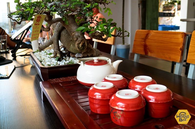 伝統的な陶器やカップでコーヒーをサーブしてくれるお店も
