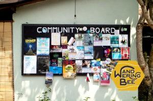 ウブド中心部のカフェ隣にある公共掲示板