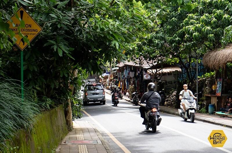 主要道路は常にバイクの音で騒がしいため騒音が苦手な方は注意を