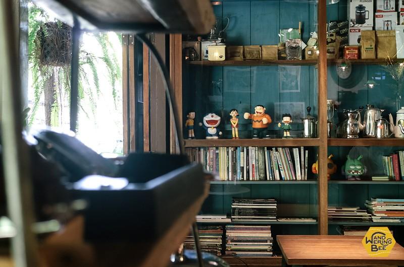 ドラえもんのキャラクターのミニチュアが飾られたカフェ