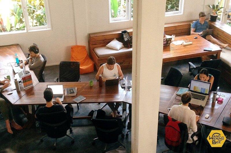 コワーキングスペースで仕事に励む人々