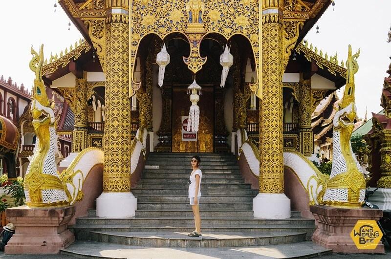 タイ・チェンマイのお寺の前にて