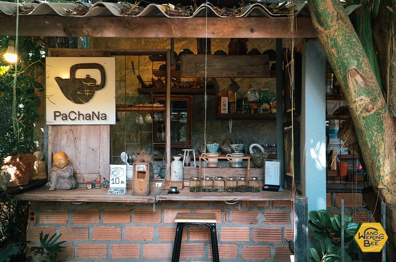 ポットの絵が描かれた看板が目印の、小さなお茶屋さん
