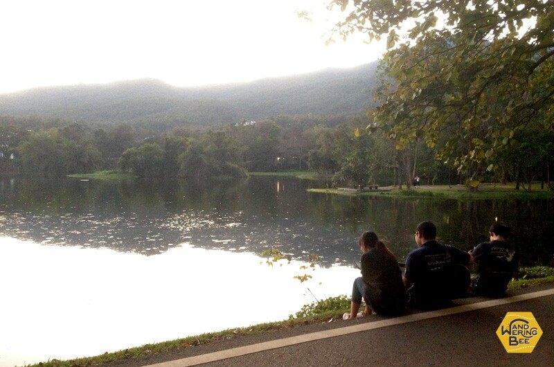 チェンマイ大学の学生たちがくつろぐ池そばにあるカフェ