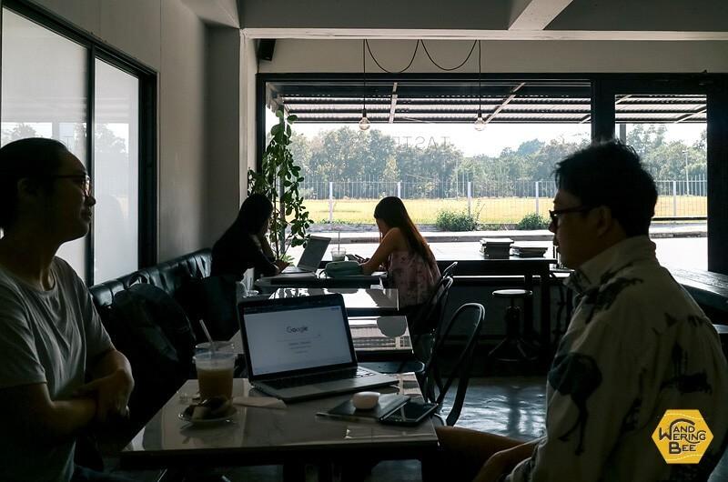 パソコン相手に仕事したり勉強している人が多数