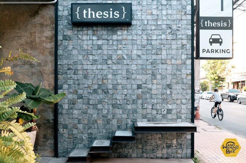 シンプルなサインが目印のThesis cafe入り口