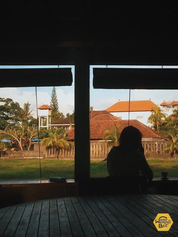 コワーキングスペースの窓際に佇む女性