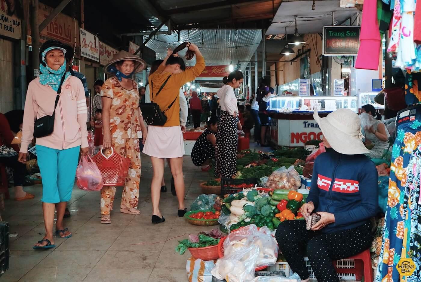 市民の憩いの場であり台所でもあるローカル市場