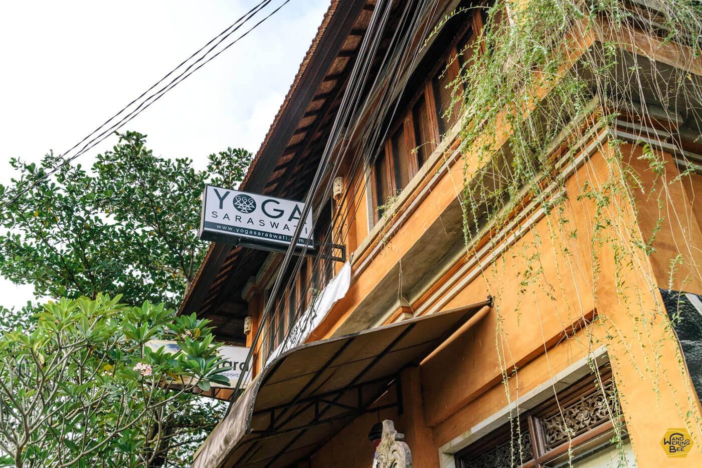 観光客で賑わう通りにあるYoga Saraswati