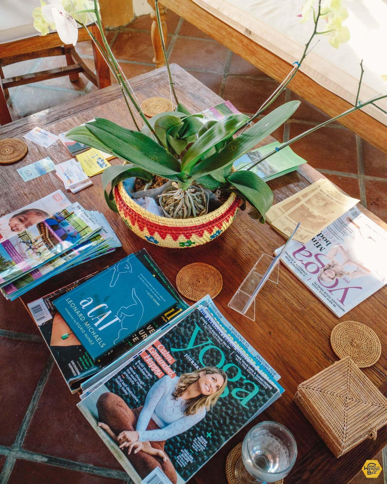 Ubud Yoga Houseにはヨガ関連の本、雑誌もたくさん置かれています