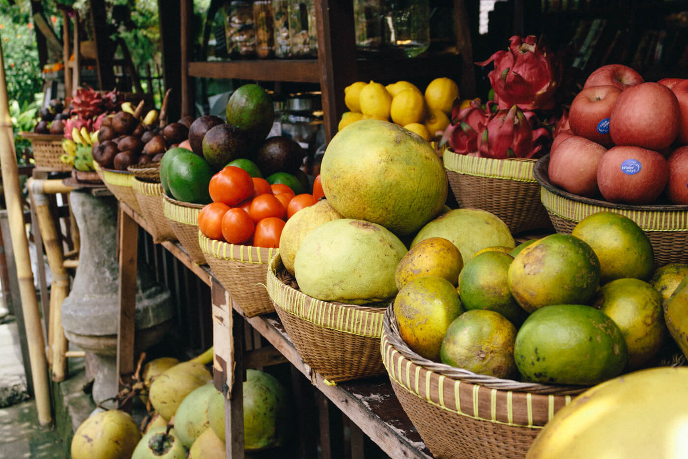 オーガニックの果物を売るプネスタナンのお店
