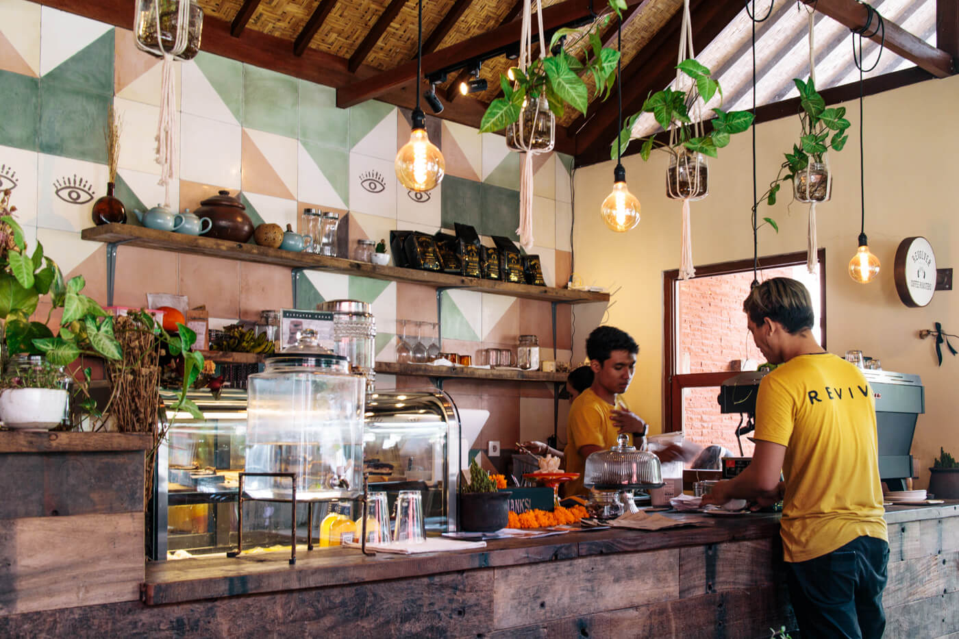 ヒップなインテリアが特徴的なRevive Cafe