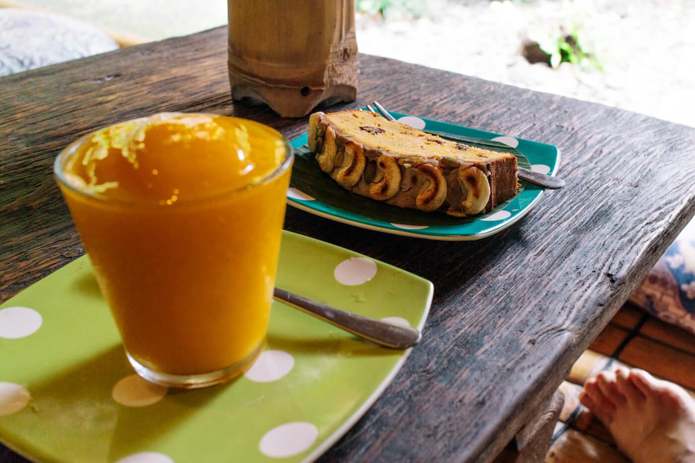 Kafe Topiの手作りケーキとマンゴースムージー