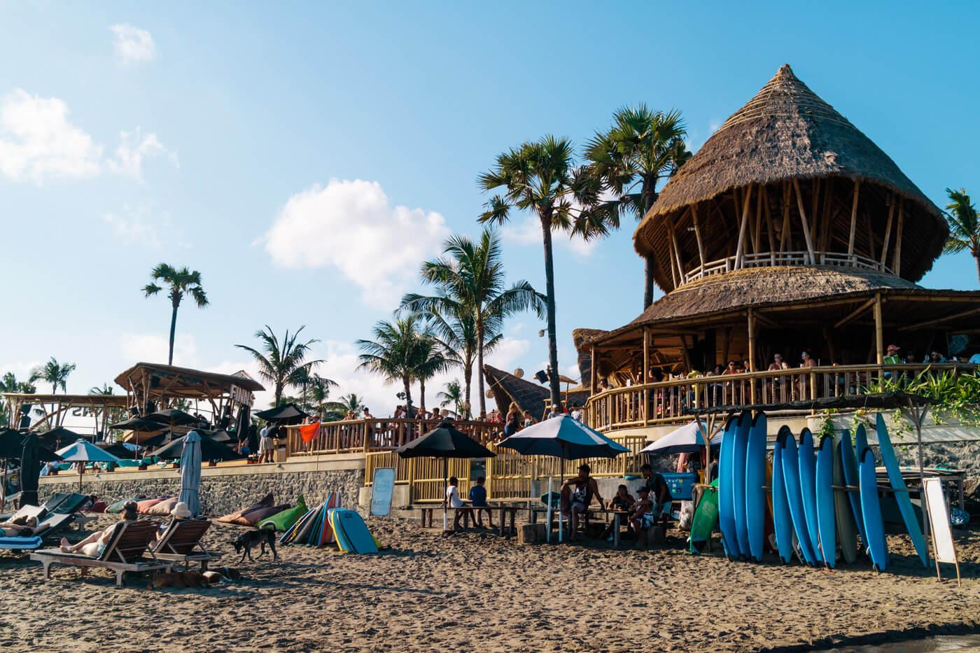 観光客で常に溢れるバリ島のビーチ