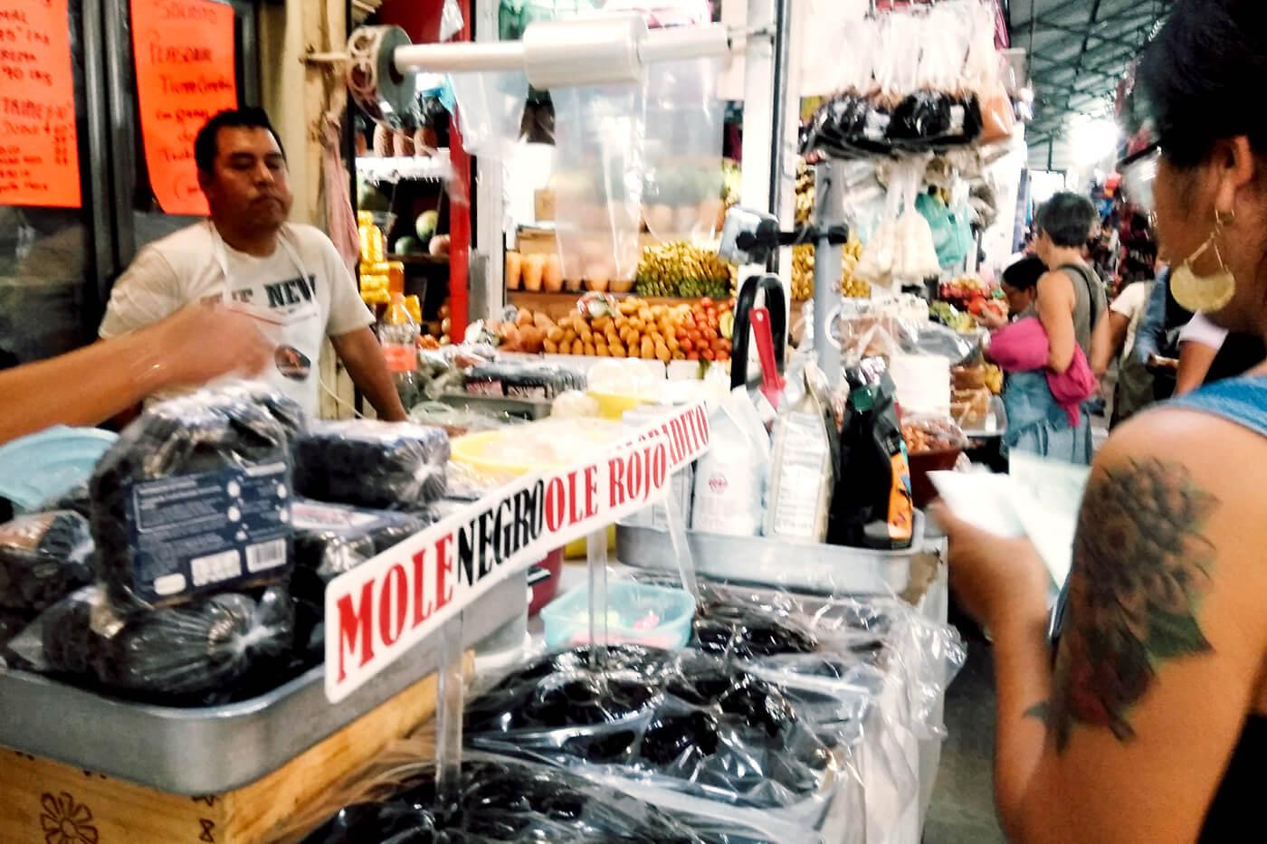 ローカルの市場を訪問して講師と食材を買い出し中