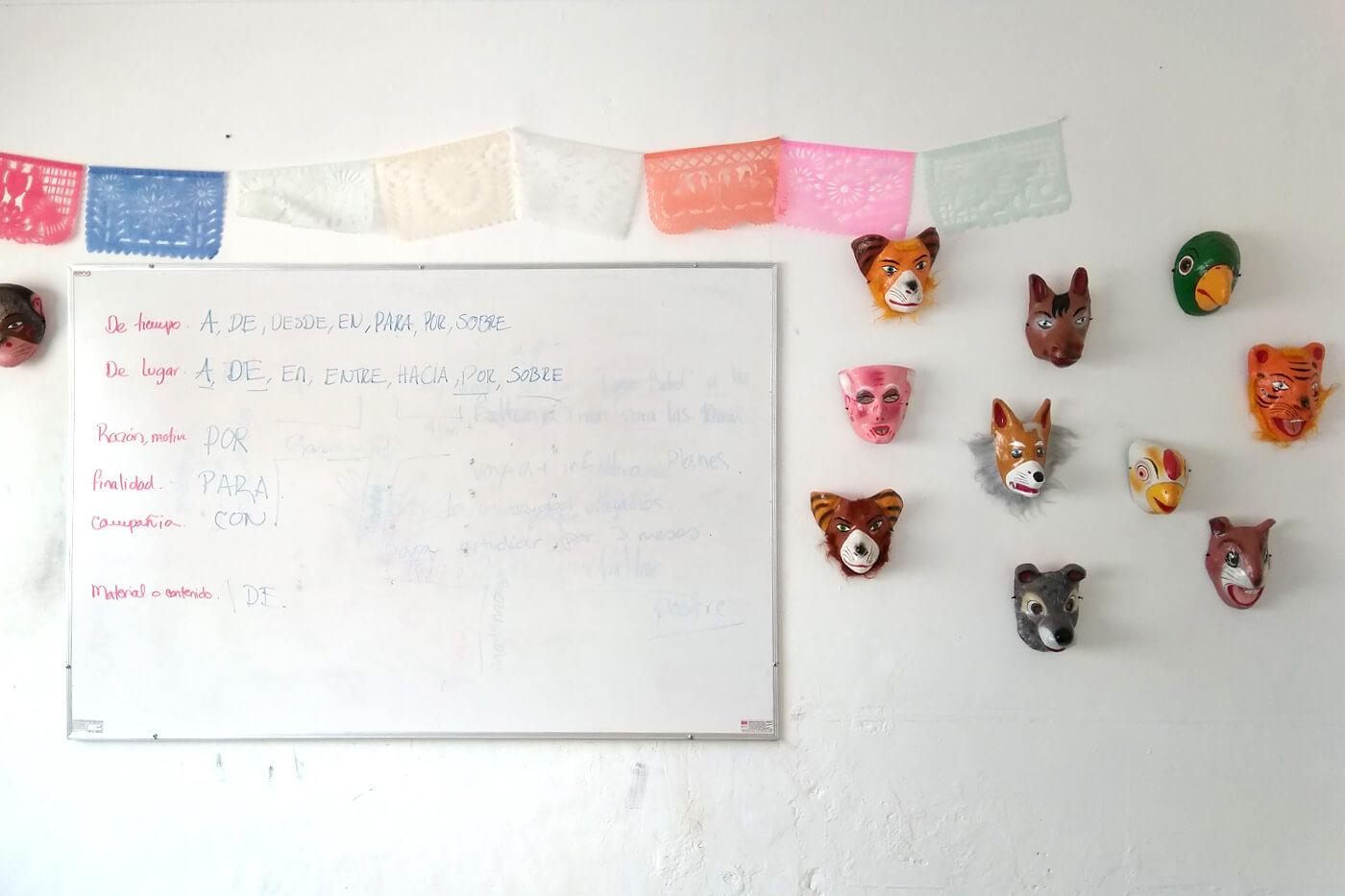 オアハカのフォークアートが至るところにある校舎内
